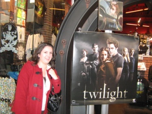 Yes, I had to stop in front of Hot Topic. Notice the Cullen crest on the left, too?